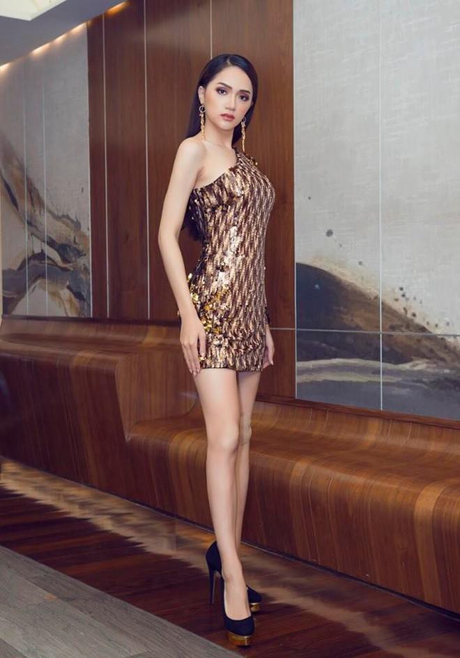 Sau ngày đăng quang, Hoa hậu Hương Giang vẫn chăm diện lại đồ cũ - Ảnh 1.