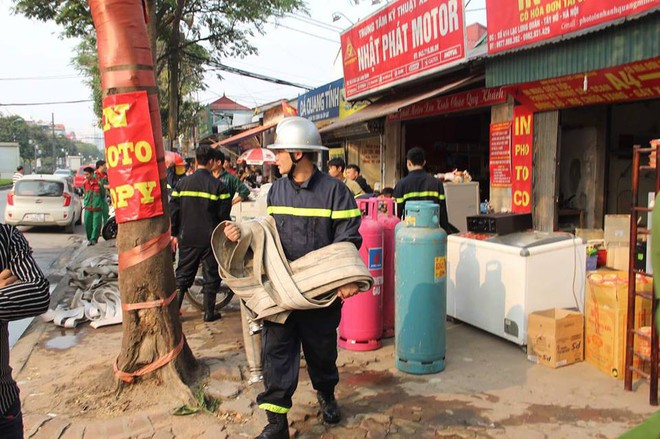 Hà Nội: Cột khói bốc cao hàng chục mét từ đám cháy ngôi nhà mặt phố - Ảnh 4.