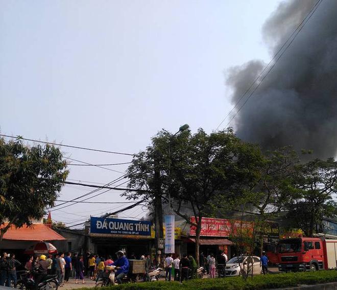 Hà Nội: Cột khói bốc cao hàng chục mét từ đám cháy ngôi nhà mặt phố - Ảnh 2.
