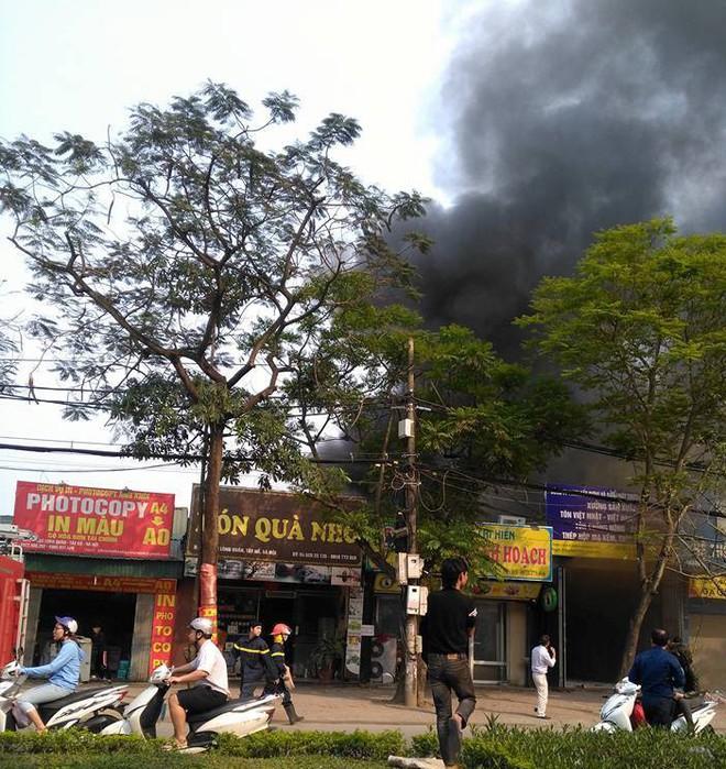 Hà Nội: Cột khói bốc cao hàng chục mét từ đám cháy ngôi nhà mặt phố - Ảnh 3.