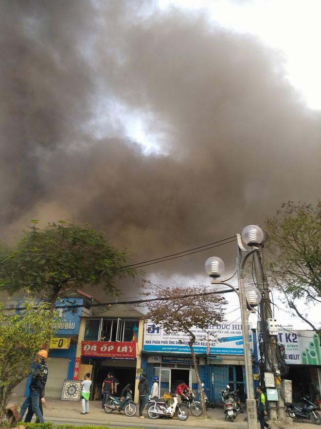 Hà Nội: Cột khói bốc cao hàng chục mét từ đám cháy ngôi nhà mặt phố - Ảnh 1.
