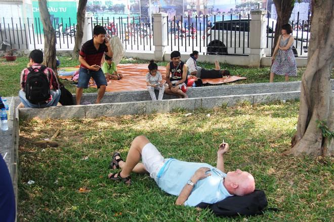 Hiện trường vụ cháy khiến hơn 40 người thương vong: Người dân nằm la liệt, ăn đồ từ thiện vì không vào được nhà - Ảnh 5.