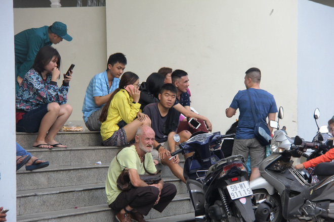 Hiện trường vụ cháy khiến hơn 40 người thương vong: Người dân nằm la liệt, ăn đồ từ thiện vì không vào được nhà - Ảnh 6.