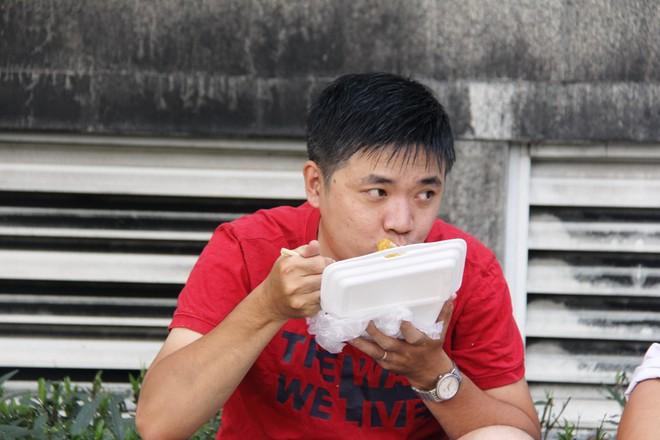 Hiện trường vụ cháy khiến hơn 40 người thương vong: Người dân nằm la liệt, ăn đồ từ thiện vì không vào được nhà - Ảnh 13.