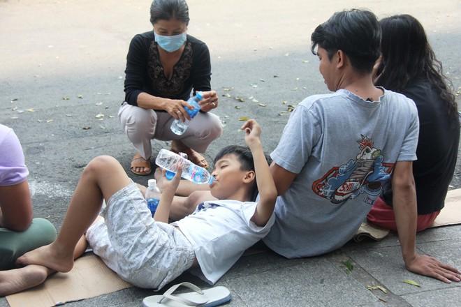 Hiện trường vụ cháy khiến hơn 40 người thương vong: Người dân nằm la liệt, ăn đồ từ thiện vì không vào được nhà - Ảnh 4.