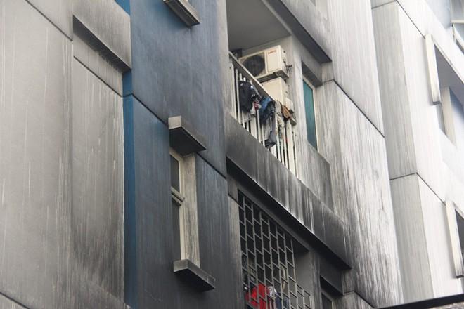 Hiện trường vụ cháy khiến hơn 40 người thương vong: Người dân nằm la liệt, ăn đồ từ thiện vì không vào được nhà - Ảnh 17.