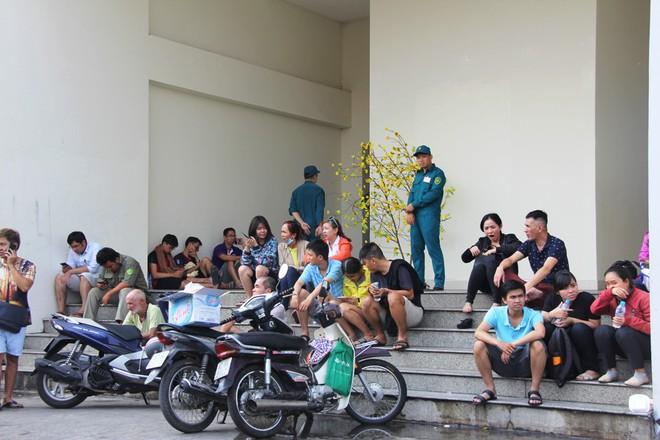 Hiện trường vụ cháy khiến hơn 40 người thương vong: Người dân nằm la liệt, ăn đồ từ thiện vì không vào được nhà - Ảnh 18.