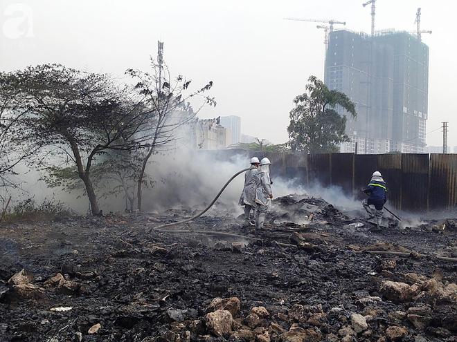 Hà Nội: Cháy lớn tại bãi rác, cạnh khu nhà tạm nhiều người hốt hoảng - Ảnh 1.
