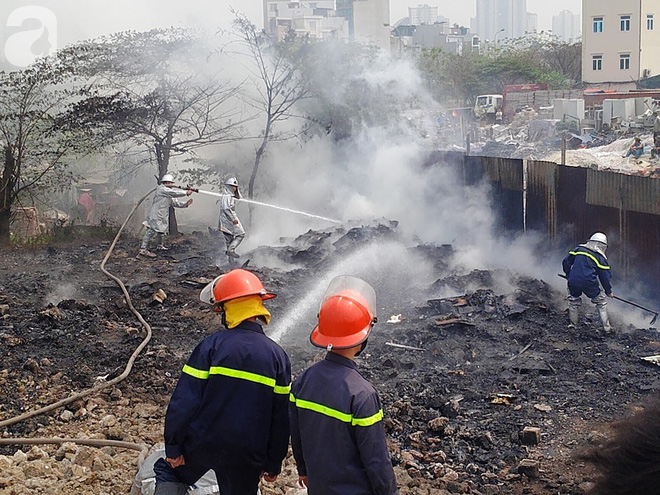 Hà Nội: Cháy lớn tại bãi rác, cạnh khu nhà tạm nhiều người hốt hoảng - Ảnh 2.