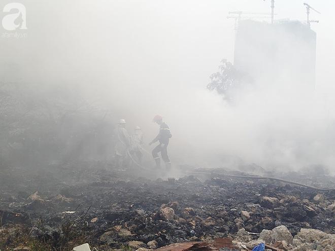 Hà Nội: Cháy lớn tại bãi rác, cạnh khu nhà tạm nhiều người hốt hoảng - Ảnh 3.