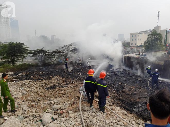 Hà Nội: Cháy lớn tại bãi rác, cạnh khu nhà tạm nhiều người hốt hoảng - Ảnh 4.