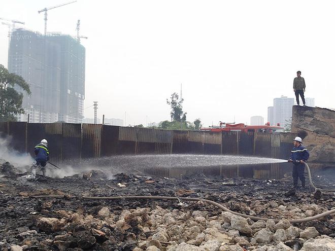 Hà Nội: Cháy lớn tại bãi rác, cạnh khu nhà tạm nhiều người hốt hoảng - Ảnh 5.