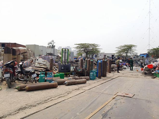 Hà Nội: Cháy lớn tại bãi rác, cạnh khu nhà tạm nhiều người hốt hoảng - Ảnh 6.