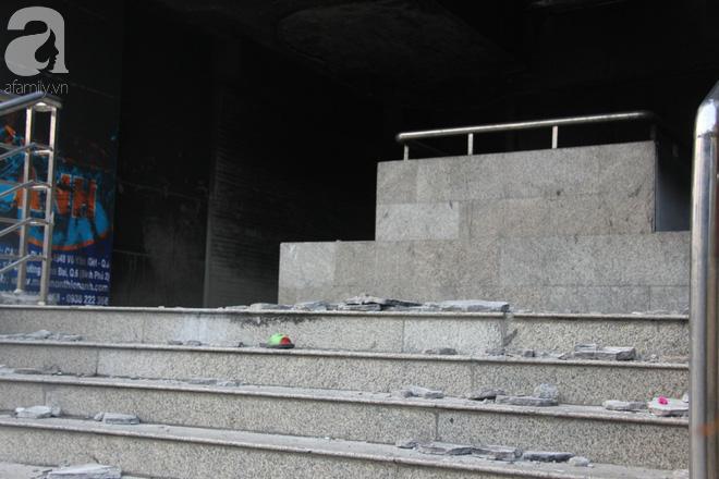 30 giờ sau vụ cháy chung cư Carina: Khung cảnh hoang tàn, người dân được vào nhà tìm những đồ vật còn sót lại - Ảnh 14.