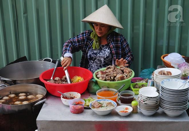 Khám phá tiệm bánh canh có viên bò to như trái tennis, chiều nào cũng tấp nập khách ở Sài Gòn - Ảnh 4.