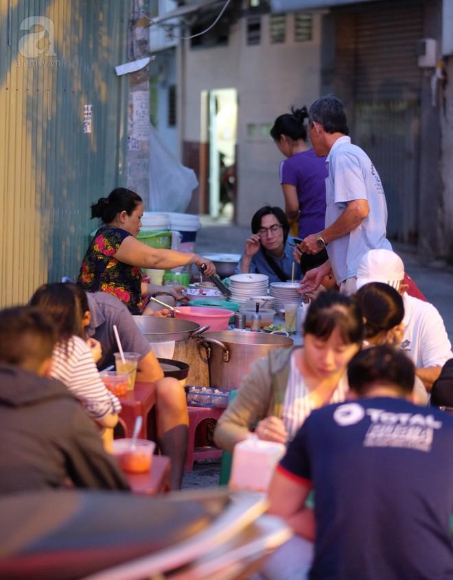 Khám phá tiệm bánh canh có viên bò to như trái tennis, chiều nào cũng tấp nập khách ở Sài Gòn - Ảnh 2.