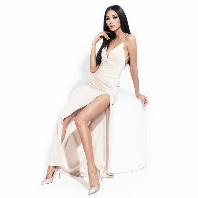 Hoàng Thùy mặc váy xẻ táo bạo, khoe vóc dáng nóng bỏng cùng vòng 1 gợi cảm - Ảnh 1.