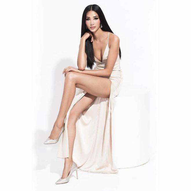 Hoàng Thùy mặc váy xẻ táo bạo, khoe vóc dáng nóng bỏng cùng vòng 1 gợi cảm - Ảnh 2.