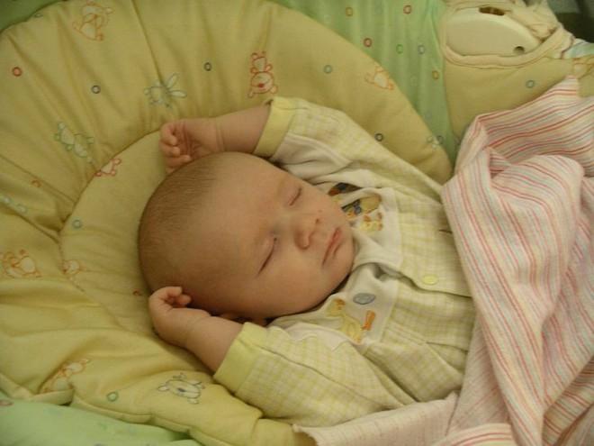 Sự thật về tư thế ngủ như đầu hàng của trẻ sơ sinh sẽ khiến bố mẹ bất ngờ lắm đấy - Ảnh 2.