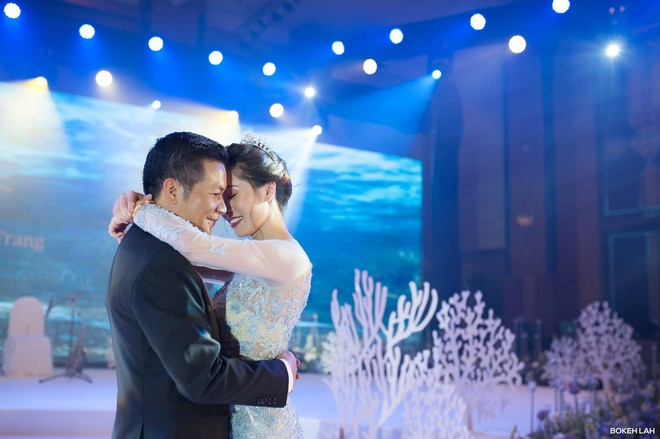 Cận cảnh đám cưới kỳ công xanh màu đại dương của Shark Hưng (Thương vụ bạc tỷ) và cô dâu Á hậu - Ảnh 1.