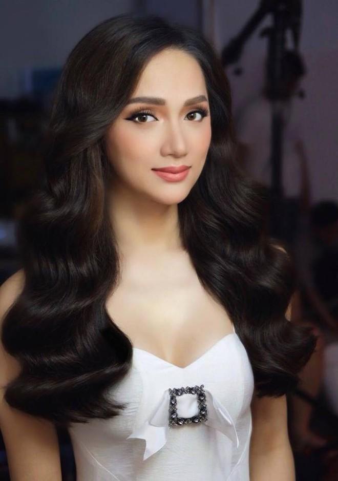 Dưới bàn tay trang điểm của chuyên gia người Thái, nhan sắc của Hoa hậu Hương Giang trông khác lạ bất ngờ - Ảnh 6.