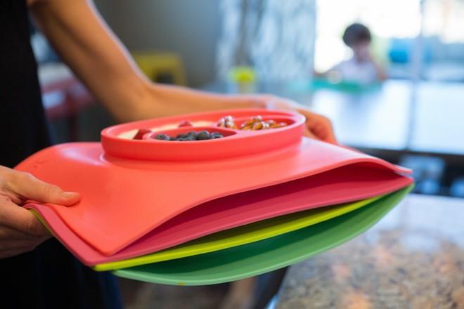 Khay đựng đồ ăn dính bàn cực chặt cho bé, giúp mẹ nhàn tênh khoản dọn dẹp - Ảnh 4.