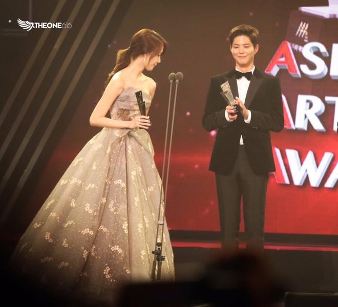 Cặp đôi cực phẩm Yoona và Park Bo Gum: Tình cờ nhiều lần như định mệnh, tình ý bùng nổ còn hơn phim - Ảnh 19.