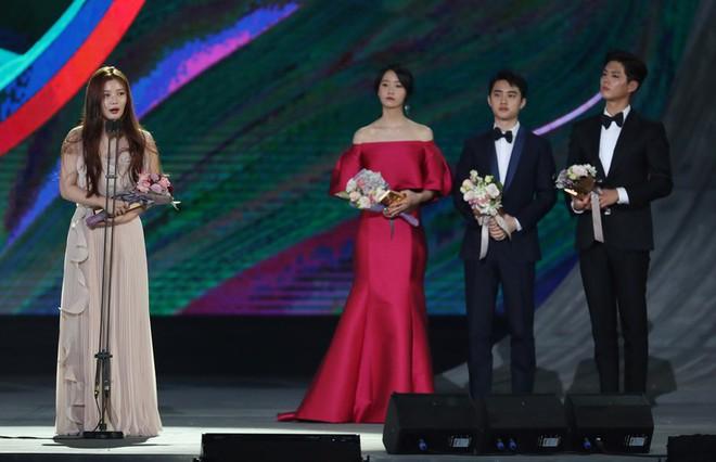 Cặp đôi cực phẩm Yoona và Park Bo Gum: Tình cờ nhiều lần như định mệnh, tình ý bùng nổ còn hơn phim - Ảnh 25.