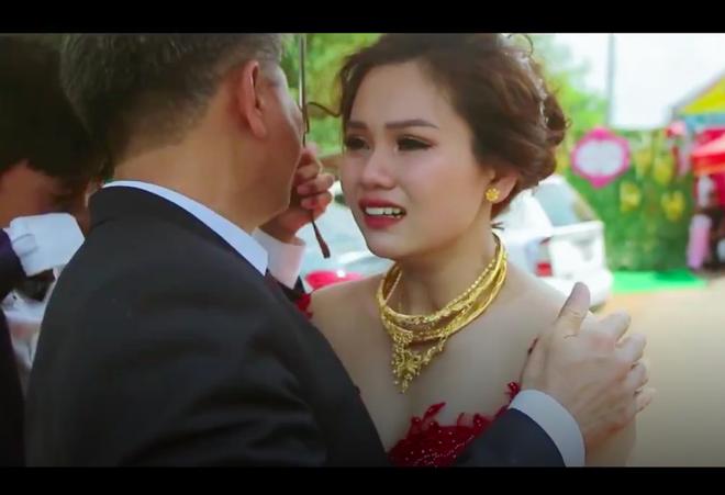 Clip xúc động: Cô dâu mắt đỏ hoe, khóc nức nở khi phải tạm biệt cha để về nhà chồng - Ảnh 1.