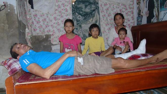 Chồng bị tai nạn nằm một chỗ, một mình vợ đi bốc gạch thuê nuôi 3 con thơ dại cùng cha mẹ chồng già yếu - Ảnh 1.