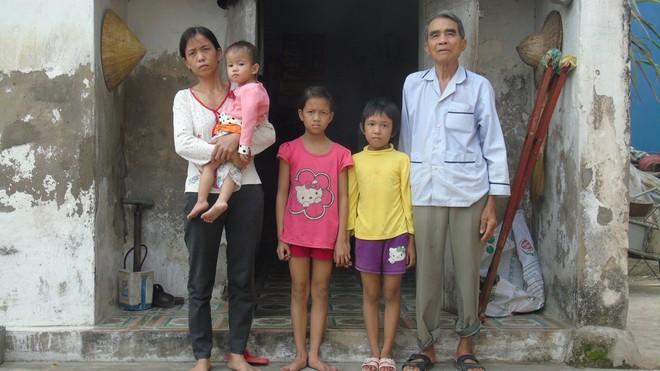 Chồng bị tai nạn nằm một chỗ, một mình vợ đi bốc gạch thuê nuôi 3 con thơ dại cùng cha mẹ chồng già yếu - Ảnh 3.