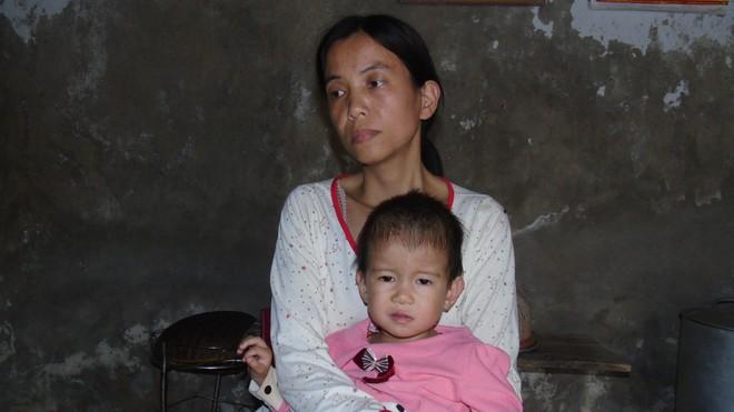 Chồng bị tai nạn nằm một chỗ, một mình vợ đi bốc gạch thuê nuôi 3 con thơ dại cùng cha mẹ chồng già yếu - Ảnh 4.