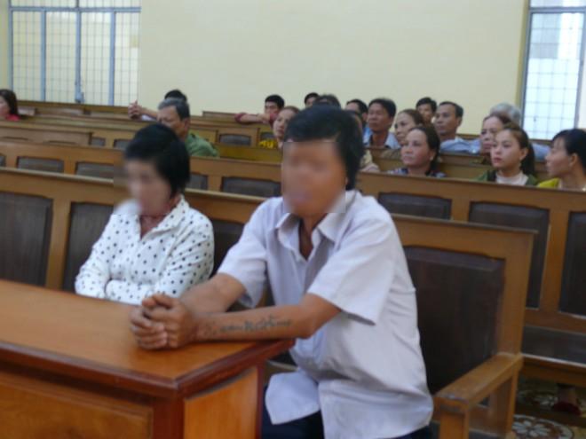 Cà Mau: Hai con nhỏ bơ vơ trong ngày bố ra tòa vì mua xăng về đốt mẹ do ghen tuông mù quáng - Ảnh 2.