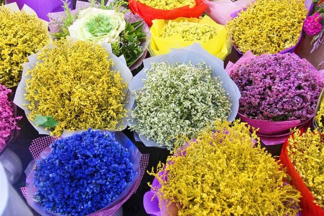 Chiều đón con đi học về, các ông chồng rủ nhau ra chợ mua hoa về tặng vợ nhân ngày 8-3 - Ảnh 13.