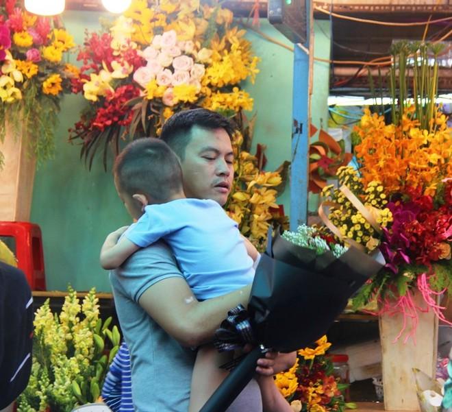 Chiều đón con đi học về, các ông chồng rủ nhau ra chợ mua hoa về tặng vợ nhân ngày 8-3 - Ảnh 1.