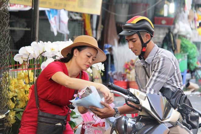 Chiều đón con đi học về, các ông chồng rủ nhau ra chợ mua hoa về tặng vợ nhân ngày 8-3 - Ảnh 14.