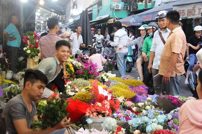 Chiều đón con đi học về, các ông chồng rủ nhau ra chợ mua hoa về tặng vợ nhân ngày 8-3 - Ảnh 5.