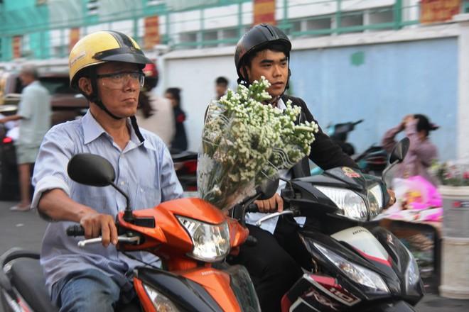 Chiều đón con đi học về, các ông chồng rủ nhau ra chợ mua hoa về tặng vợ nhân ngày 8-3 - Ảnh 6.