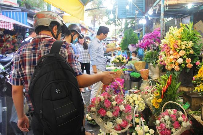 Chiều đón con đi học về, các ông chồng rủ nhau ra chợ mua hoa về tặng vợ nhân ngày 8-3 - Ảnh 15.