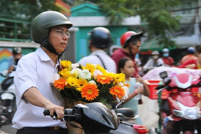Chiều đón con đi học về, các ông chồng rủ nhau ra chợ mua hoa về tặng vợ nhân ngày 8-3 - Ảnh 11.