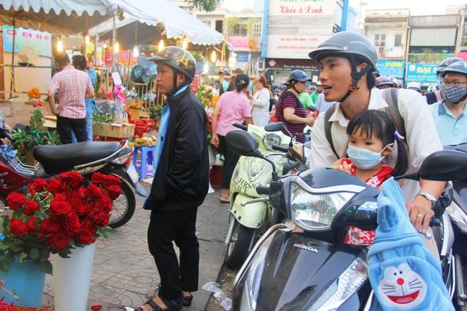 Chiều đón con đi học về, các ông chồng rủ nhau ra chợ mua hoa về tặng vợ nhân ngày 8-3 - Ảnh 10.