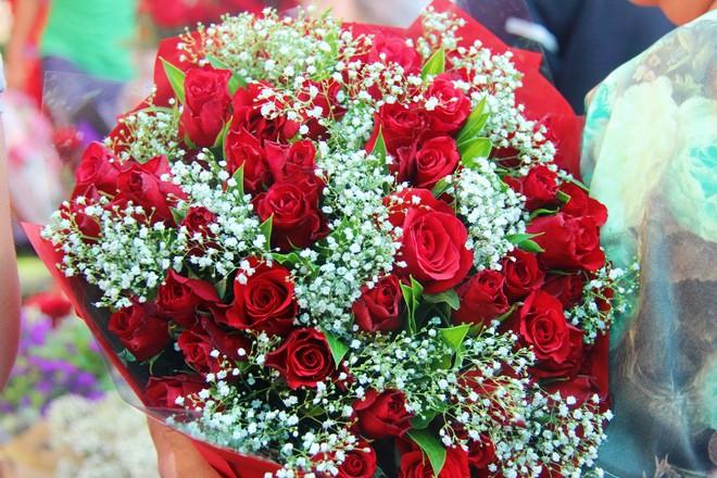 Chiều đón con đi học về, các ông chồng rủ nhau ra chợ mua hoa về tặng vợ nhân ngày 8-3 - Ảnh 9.