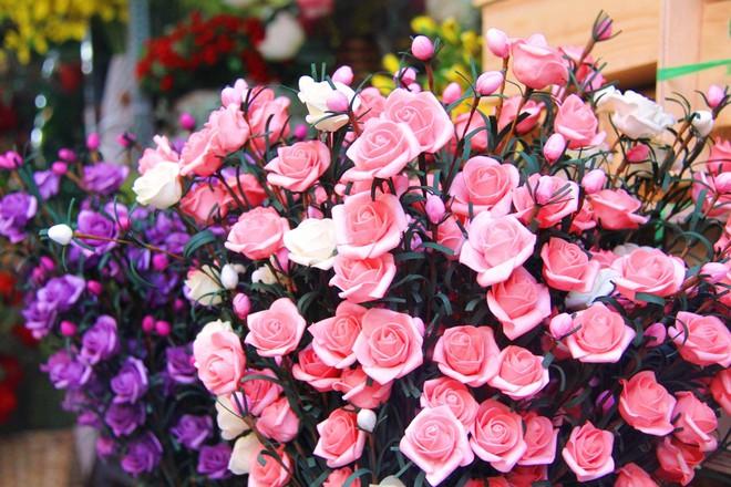 Chiều đón con đi học về, các ông chồng rủ nhau ra chợ mua hoa về tặng vợ nhân ngày 8-3 - Ảnh 7.