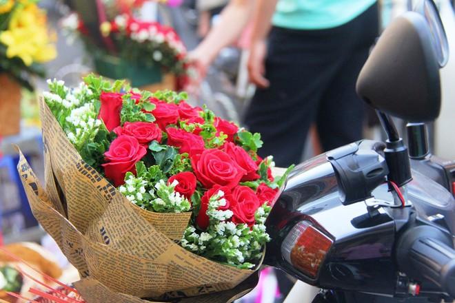 Chiều đón con đi học về, các ông chồng rủ nhau ra chợ mua hoa về tặng vợ nhân ngày 8-3 - Ảnh 16.