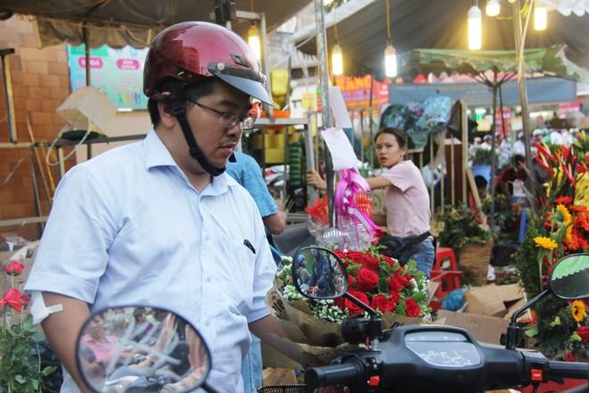 Chiều đón con đi học về, các ông chồng rủ nhau ra chợ mua hoa về tặng vợ nhân ngày 8-3 - Ảnh 2.