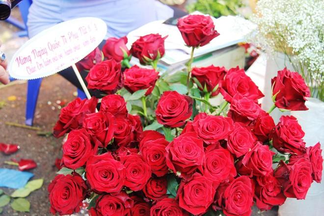 Chiều đón con đi học về, các ông chồng rủ nhau ra chợ mua hoa về tặng vợ nhân ngày 8-3 - Ảnh 3.