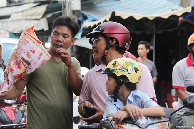 Chiều đón con đi học về, các ông chồng rủ nhau ra chợ mua hoa về tặng vợ nhân ngày 8-3 - Ảnh 4.