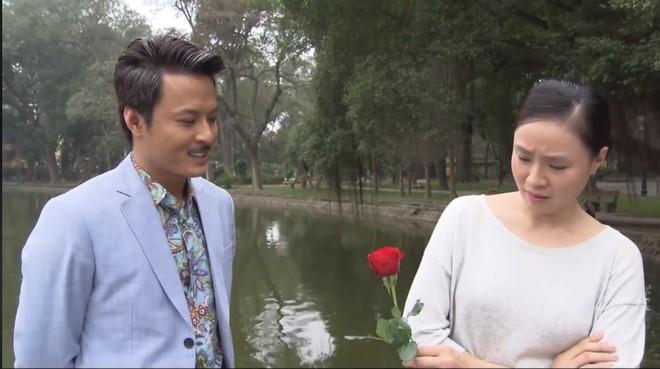 Cười ngặt nghẽo vì màn tặng hoa bất ngờ của Hồng Đăng nhân ngày 8/3 khi đang diễn cảnh nghiêm túc chảy nước mắt với Hồng Diễm - Ảnh 1.