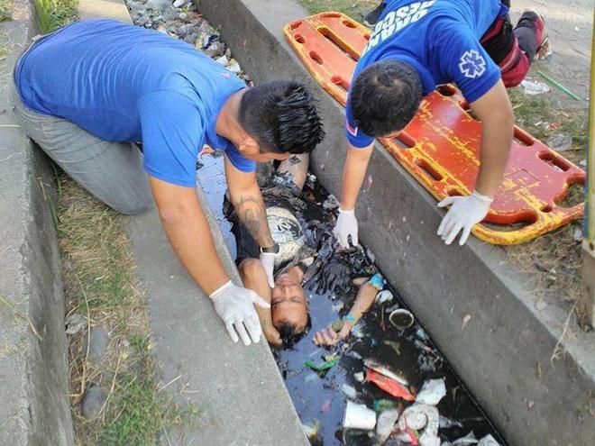 Thấy người đàn ông chết đuối dưới cống, người dân gọi cảnh sát tới vớt lên thì phát hiện sự thật bất ngờ - Ảnh 1.