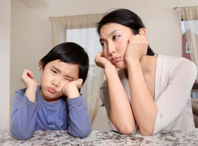 Những cơn mè nheo, khóc lóc ỉ ôi của con bạn sẽ được dập tắt khi mẹ hành xử theo cách này - Ảnh 2.